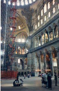 Interior de la Iglesia de Hagia Sophia. La tribuna es la galería del primer piso debajo del claristorio