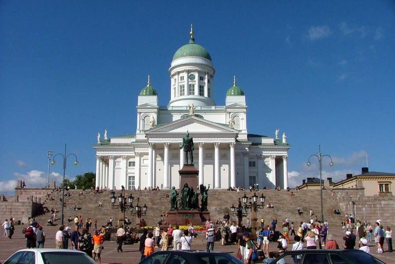 Archivo:Senate Square and Lutheran Cathedral in Helsinki.jpg