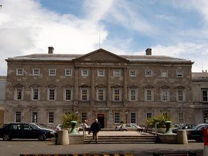 Leinster HouseEl antiguo palacio del Duque de Leinster. Desde 1922, ha sido la sede de ambas casas del parlamento Irlandés.