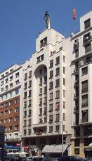 Fachada de edificio de viviendas para el Banco Hispano de Emilio Ortiz de Villajos de 1930, Madrid (1943-1944)