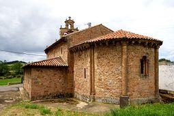 Vista de la iglesia con el ábside en primer término.
