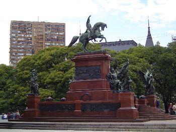Vista del Monumento a San Martín, en la Plaza General San Martín