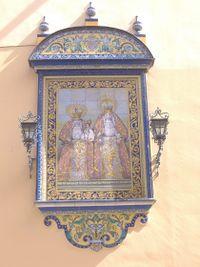 Retablo cerámico exterior con Santa Ana, la Virgen y el Niño.