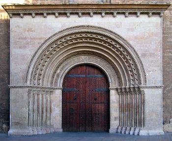 arco abocinado en la puerta románica de l'Almoina de la Catedral de Valencia
