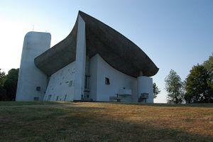 La Capilla Notre Dame du Haut en Ronchamp es una de las obras más conocidas de Le Corbusier.