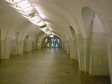 Estación de metro Shabolovskaya  - Hall central con vidriera al fondo.