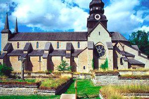 La iglesia del convento de Varnhem, rodeada de ruinas