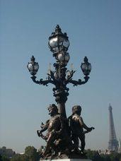 Uno de los candelabros de los extremos del puente.