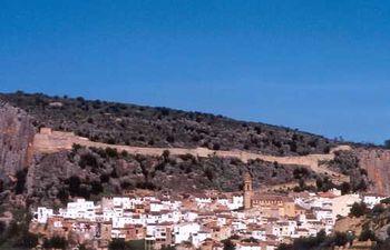 Vista de Chulilla, con el cerro sobre el que se asienta el castillo al fondo.