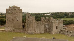 Parte del Castillo Pembroke. La fortaleza grande de la izquierda se construyó en el 1200 AD, su altura es de 23 metros (75 pies) y las murallas en su base son de 6 metros (19 pies) de grosor.