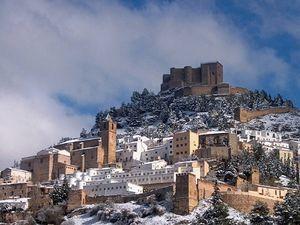 El castillo de Segura de la Sierra y a sus pies el pueblo