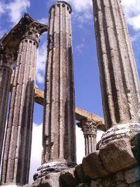 Acanaladuras en columnas corintias en el Templo romano de Diana en Évora.