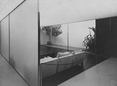 Sala de vidrio en la exposición Die Wohnung, Stuttgart (1927) junto con Lilly Reich