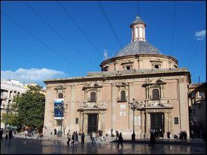 Vista de la fachada principal desde la Plaza de la Virgen
