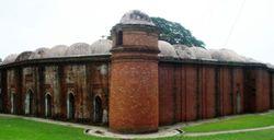 Vista de los muros de las mezquita Shatgumbad.