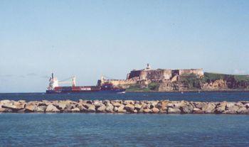 Barco de carga entrando a la bahía de San Juan, frente al Fuerte San Felipe del Morro. Vista desde Isla de Cabras.