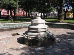 Detalle de la pileta de la Plaza Cruz.