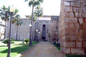 Vista de las murallas de la Alcazaba de Mérida