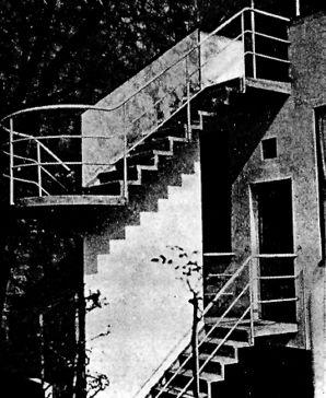 Detalle de escalera exterior en jardín