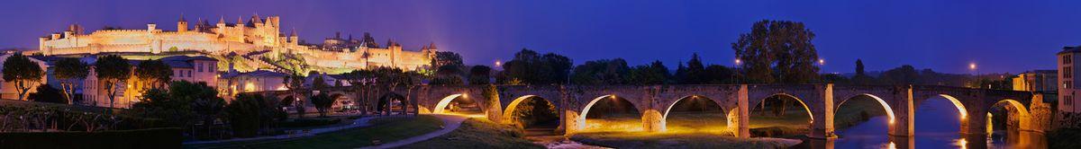 La ciudad medieval de Carcassonne restaurada por Viollet-le-Duc en una vista del Pont Vieux atravesando el río Aude.