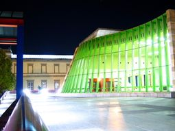 Vista nocturna de la fachada de la entrada al museo.